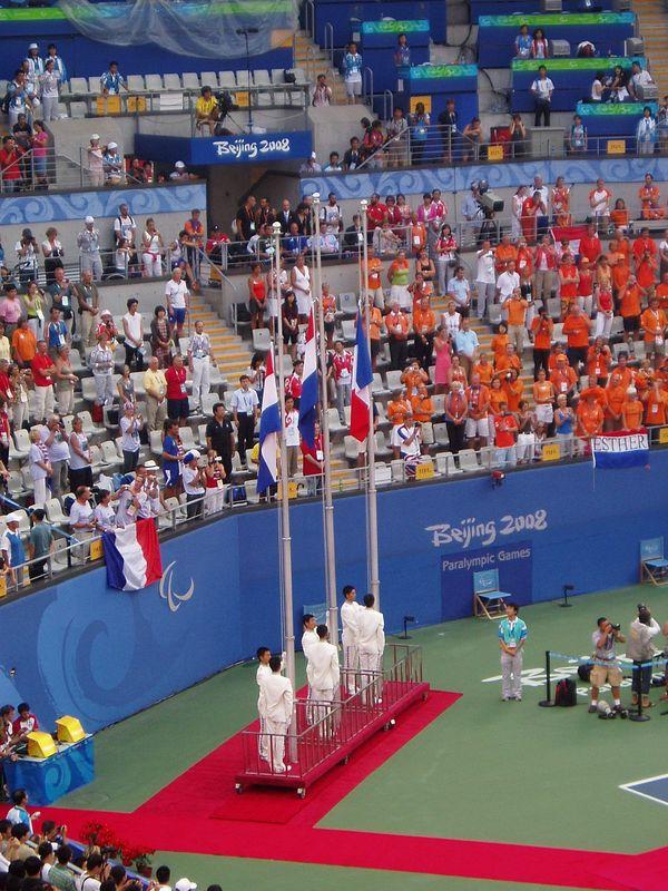 Hymne et lever de drapeau