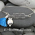 <b>Bracelet</b> jonc fin banc de poisson, breloque poisson et pompon bleu <b>Bracelet</b> jonc fin métal argenté et breloques pour un bracel