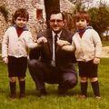 2 ans (à droite) avec son oncle Michel et son frère François