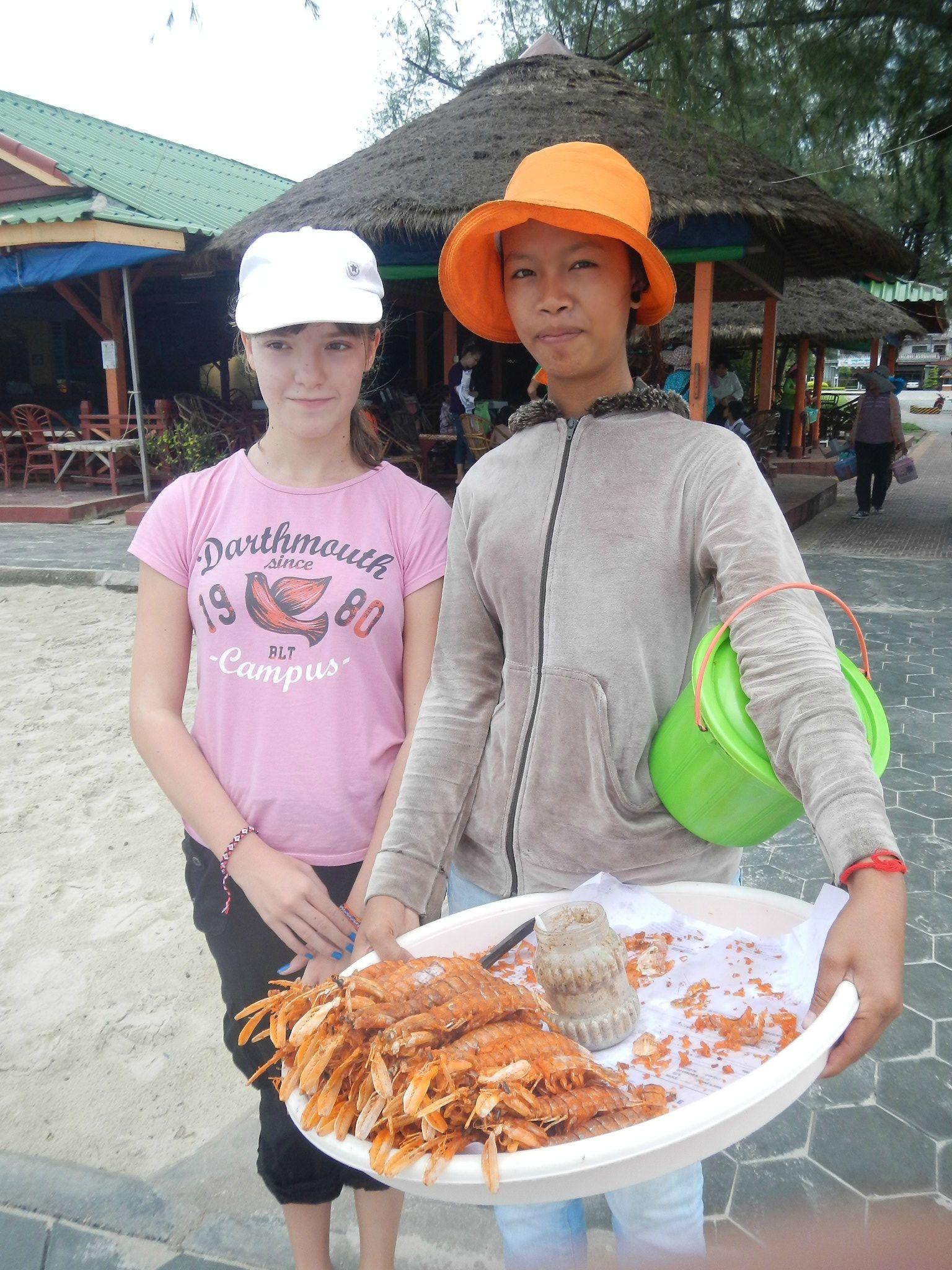 DSCN1004 Pamela et une vendeuse de cigales de mer