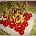 Mini quiches variées , mini tartelettes aux tomates cerises et autres amuses-bouches pour un apéro entre amis