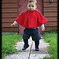 Un petit chaperon rouge qui se promenait en cape dans le jardin