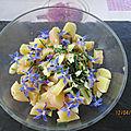 Salade de pommes de terre avec des <b>fleurs</b> de <b>bourrache</b>