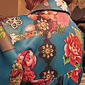 Manteau EDITH double boutonnage en polyester bleu canard imprimé - Doublure de satin turquoise - poches dnas les coutures de côtés - fermeture par 4 pressions dissumilés sous 4 boutons recouverts dans le mm tissu (1)
