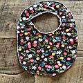 Bavoir boutonné fond chocolat avec baies