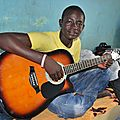 Samba Hamady Ba et sa nouvelle guitare - à Kanel