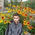 2008 09 18 Cyril devant ses fleurs de rudbeckias