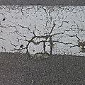 Soleil fissuré sur le trottoir