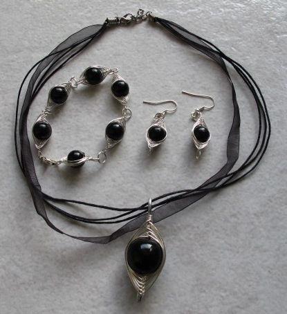 parure wire et perles noires