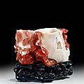 Important vase ou pot a pinceaux en <b>calcédoine</b> blanche et cornaline, Chine, Dynastie Qing, XVIIIème-XIXème siècle