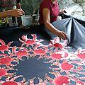 la teinture est appliquée avec des bâtonnets trempés dans la couleur .