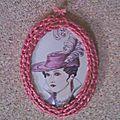 Cadre au crochet pour un médaillon romantique.