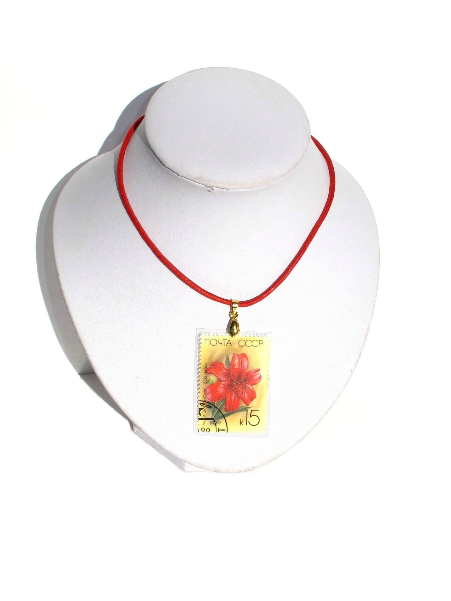 pendentif timbre russe lys rouge