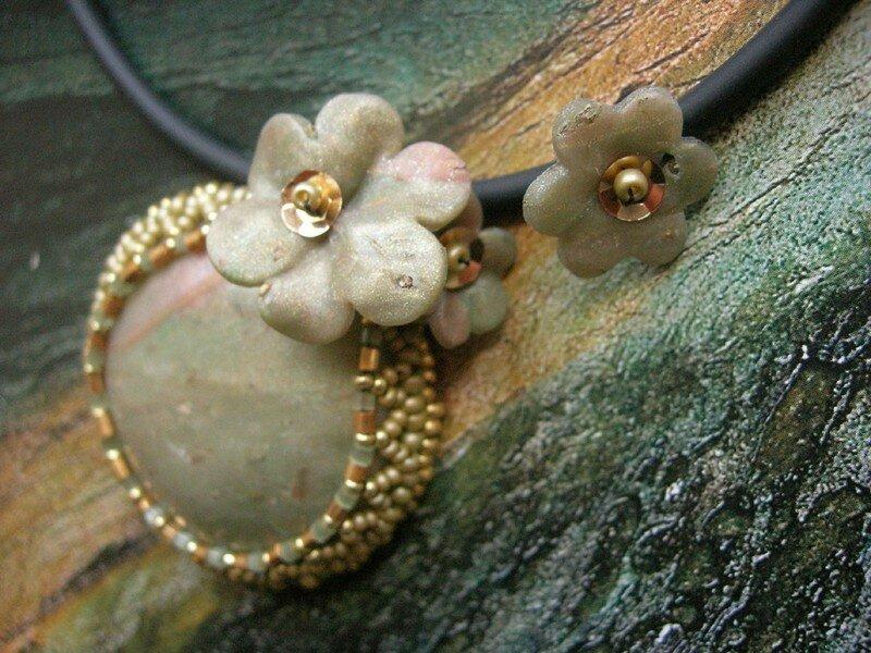 Du tissage de perles pour mettre en valeur quelques fleurs en fimo (vue 3 du collier)