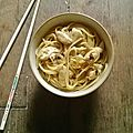 Pâtes un peu carbonara mais aussi asiatique...en faites je saîs pas trop...y a du poulet des oeufs et de la sauce soja