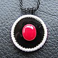 Pendentif rouge/noir/blanc