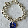 Bracelet sur chaîne plaqué argent ovale, médaille en nacre surmontée d'une mini colombe en argent massif - 57 €