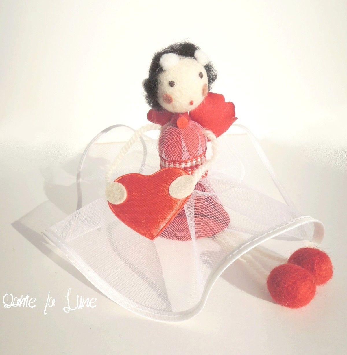- MOBILE Elfe en suspension et son coeur rouge