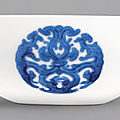 A fine and rare blue and white '<b>dragon</b> medallion' bowl, Yongzheng mark and period (1723-1735)