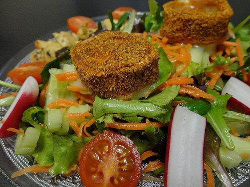 Salade de chevre pane et aiguillettes de poulet