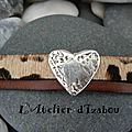 Création sur mesure d'un <b>bracelet</b> cuir léopard et cuir marron agrémenté d'un passant martelé en forme de coeur !
