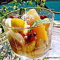 Verrine de fruits rafraîchissante au miel et à la poudre de baobab