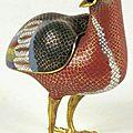 Caille posée en bronze doré et émaux cloisonnés à fond rouge. chine, début 19ème siècle