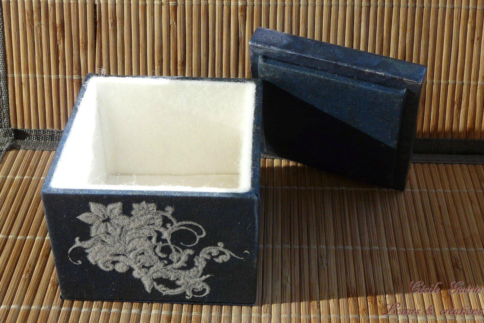 Boîte bleue au collier