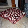 Gros coussin tout doux, rouge et imprimé moderne !