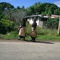 Tongiennes en habit traditionnel du dimanche
