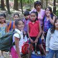 las chiquillas de la Sagrada Familia, felices da acampar