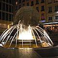 Une fontaine derrière l'Hotel de Ville.