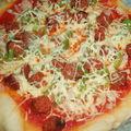 Pizza poivrons, oignons et merguez cuite au cobb