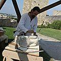 Roland le tailleur de pierre devant la tour des hauts de l'Hauture Fos sur Mer