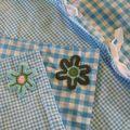 coussin et housse de couette avec des fleurs au crochet