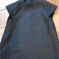 Robe trapèze THERESE en lin noir et ruché de tulle souple rose à pois bruns - Manches très courtes - Fermée par 3 petits boutons recouverts dans le dos (8)