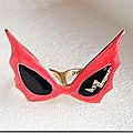 Bague 2 Doigts Masque Lunettes <b>Batman</b> Star Email Rose et Noir Strass Crystal Métal Couleur Doré Betsey Jhonson