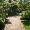 Le sentier vers les jardins de sous-bois