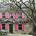 C'est une maison rose..... accrochée à son île...