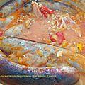 Saucisses au four aux haricots blancs, tomates rôties, poivrons et oignons