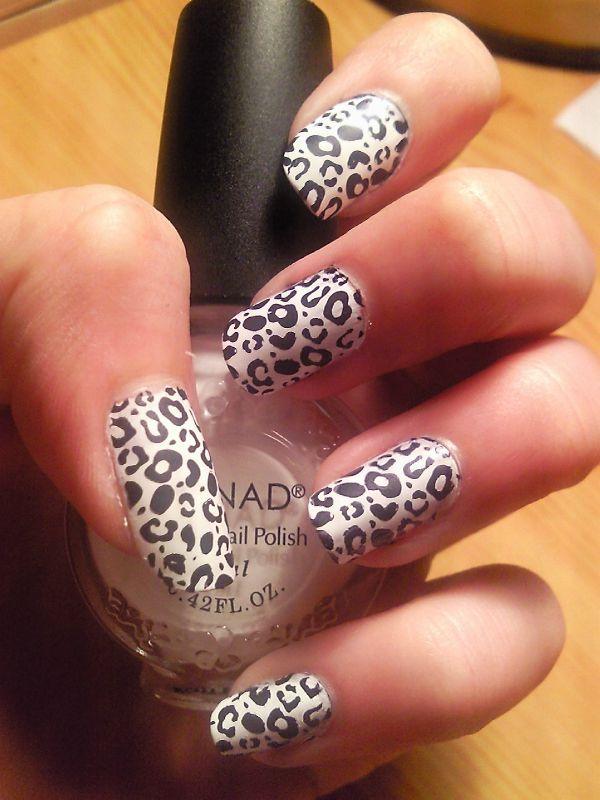 Ongles blancs léopard noir