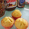Muffins parfumés à l'amande fourrés confiture