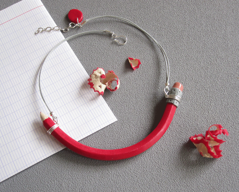 Collier crayon rouge18€