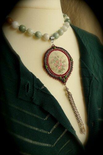 Collier en Jade de Birmanie avec écusson brodé 189€