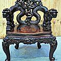 Fauteuil en <b>bois</b> <b>exotique</b> sculpté à décor de dragons. Vietnam
