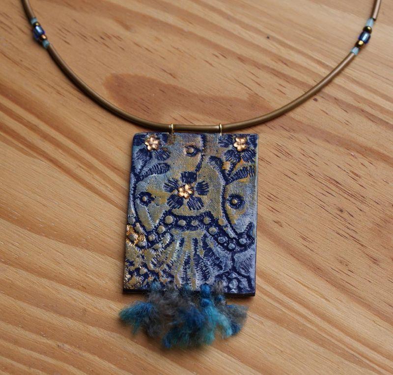 Collier fleur bleue : tout polymère, acrylique et laine