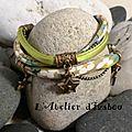 Tout ce qui brille n'est pas or avec ce <b>Bracelet</b> liberty à fleur et cordon soie verts, breloques et <b>fermoir</b> toggle bronze