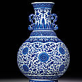 A rare large blue and white moulded vase with<b>ruyi</b>-<b>shaped</b> handles, Qianlong six-character seal mark and of the period (1736-1795