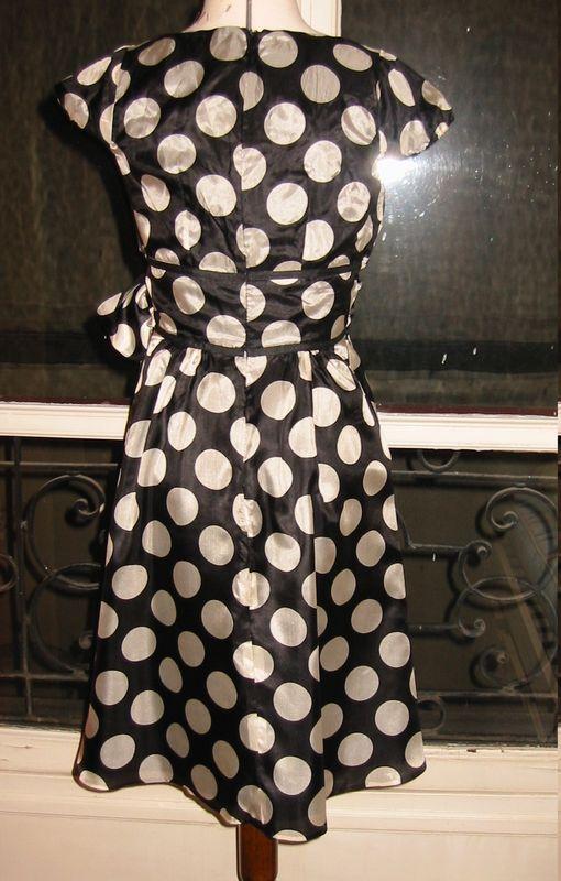 robe noire et blanche dos