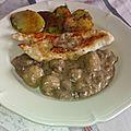 Filets de dinde poêlés à la sauce veloutée de champignons et pommes de terre sarladaises